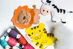 ραπτική Ράβοντας εξαρτήσεις με το χρωματισμένο νήμα και τα χειροποίητα μαλακά παιχνίδια Στοκ εικόνα με δικαίωμα ελεύθερης χρήσης