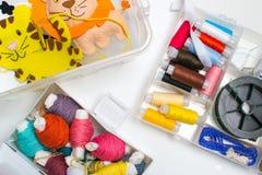 ραπτική Ράβοντας εξαρτήσεις με το χρωματισμένο νήμα και τα χειροποίητα μαλακά παιχνίδια Στοκ Φωτογραφία