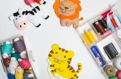 ραπτική Ράβοντας εξαρτήσεις με το χρωματισμένο νήμα και τα χειροποίητα μαλακά παιχνίδια Στοκ Φωτογραφίες