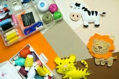 ραπτική Ράβοντας εξαρτήσεις με το χρωματισμένο νήμα και τα χειροποίητα μαλακά παιχνίδια Στοκ φωτογραφία με δικαίωμα ελεύθερης χρήσης