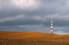 Ραδιο κεραία τηλεπικοινωνιών και δορυφορικός πύργος Στοκ Εικόνα