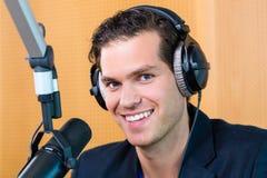 Ραδιο παρουσιαστής στο ραδιοσταθμό στον αέρα Στοκ Εικόνες