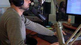 Ραδιο προσωπικότητα DJ στον αέρα απόθεμα βίντεο