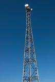 Ραδιο πύργος με το μπλε ουρανό και τις λεπτομερείς κεραίες Στοκ φωτογραφίες με δικαίωμα ελεύθερης χρήσης