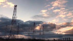 Ραδιο πύργος με το υπόβαθρο ουρανού το καλοκαίρι απόθεμα βίντεο