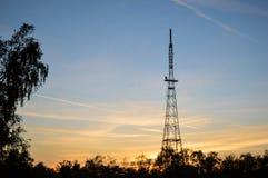 Ραδιο πύργος χάλυβα στο ηλιοβασίλεμα Στοκ φωτογραφία με δικαίωμα ελεύθερης χρήσης