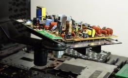 Ραδιο συστατικά στον ηλεκτρονικό πίνακα στο εργοστάσιο ηλεκτρονικής Στοκ Εικόνες