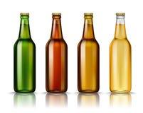 Ρεαλιστικά πράσινα, καφετιά, κίτρινα και άσπρα μπουκάλια μπύρας γυαλιού με το ποτό σε ένα άσπρο υπόβαθρο διάνυσμα Στοκ Εικόνες