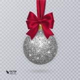 Ρεαλιστική σφαίρα Χριστουγέννων με την κόκκινες κορδέλλα και τη διακόσμηση ελεύθερη απεικόνιση δικαιώματος