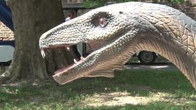 Ρεαλιστικός δεινόσαυρος coelophysis στο κεφάλι πάρκων του Dino και σώμα φιλμ μικρού μήκους