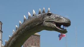 Ρεαλιστικός δεινόσαυρος diplodocus στο κεφάλι και το λαιμό πάρκων του Dino απόθεμα βίντεο