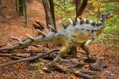Ρεαλιστικό πρότυπο δεινοσαύρων στο δάσος Στοκ φωτογραφία με δικαίωμα ελεύθερης χρήσης
