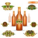 Ρεαλιστικό πλαστό επάνω καφετί μπουκάλι γυαλιού τρία της μπύρας και σύνολο ετικετών πολυτέλειας στο άσπρο υπόβαθρο διανυσματική απεικόνιση