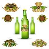 Ρεαλιστικό πλαστό επάνω πράσινο μπουκάλι γυαλιού τρία της μπύρας και σύνολο ετικετών πολυτέλειας στο άσπρο υπόβαθρο απεικόνιση αποθεμάτων