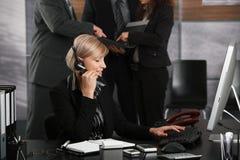 Ρεσεψιονίστ που λαμβάνει τις κλήσεις Στοκ φωτογραφία με δικαίωμα ελεύθερης χρήσης