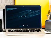 Ρετροσπεκτίβα του παλαιού iBook, MacBook Pro, lap-top Apple PowerBook Στοκ Εικόνες