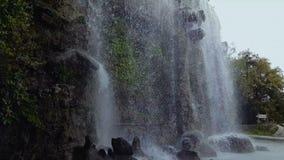 Ρεύματα νερού του όμορφου καταρράκτη άτομο-κοριτσιών Hill του Castle, περιβάλλον, τουρισμός φιλμ μικρού μήκους