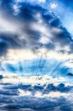 Ρεύματα φωτός του ήλιου μέσω των σύννεφων Στοκ εικόνες με δικαίωμα ελεύθερης χρήσης