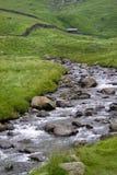 Ρεύμα βουνών, καλύβα, τοίχοι drystone, Haweswater, Cumbria, UK στοκ εικόνες
