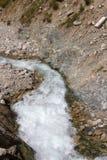 Ρεύμα βουνών μεταξύ των πετρών Στοκ Εικόνες