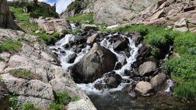 Ρεύμα βουνών που πέφτει απότομα μέσω των λίθων απόθεμα βίντεο