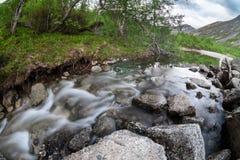 Ρεύμα βουνών που προέρχεται κάτω από τις κορυφές των βουνών σε Khibins, μακροχρόνια έκθεση, ευρεία γωνία Στοκ Εικόνες