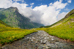 Ρεύμα βουνών στην κοιλάδα Στοκ Φωτογραφίες