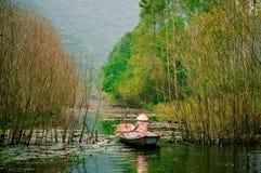 Ρεύμα γεν στον τρόπο στην παγόδα Huong το φθινόπωρο, Ανόι, Βιετνάμ Τοπία του Βιετνάμ Στοκ φωτογραφία με δικαίωμα ελεύθερης χρήσης