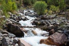 Ρεύμα ενός ποταμού βουνών στοκ φωτογραφία με δικαίωμα ελεύθερης χρήσης