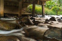 Ρεύμα κάτω από την εσωτερική γέφυρα στο δάσος της Ταϊλάνδης Στοκ φωτογραφίες με δικαίωμα ελεύθερης χρήσης