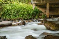 Ρεύμα κάτω από τη γέφυρα στο δάσος της Ταϊλάνδης Στοκ Εικόνες