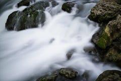 Ρεύμα και βράχοι Στοκ φωτογραφία με δικαίωμα ελεύθερης χρήσης