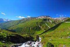 Ρεύμα μέσω του τοπίου βουνών στοκ εικόνα