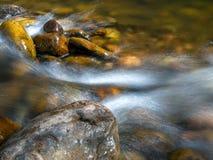 Ρεύμα μεταξύ των βράχων σε έναν ποταμό στοκ φωτογραφία με δικαίωμα ελεύθερης χρήσης