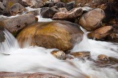 Ρεύμα νερού που τρέχει πέρα από τους βράχους Στοκ Εικόνες