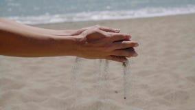 Ρεύμα της έκχυσης άμμου από τα χέρια απόθεμα βίντεο