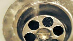 Ρεύμα του νερού από τη βρύση στο νεροχύτη Βίντεο UltraHD απόθεμα βίντεο