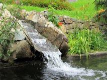 Ρεύμα του νερού που τρέχει πέρα από τους βράχους Στοκ φωτογραφία με δικαίωμα ελεύθερης χρήσης