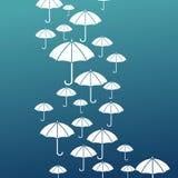 Ρεύμα των άσπρων ομπρελών σε ένα μπλε υπόβαθρο Στοκ Φωτογραφίες