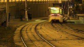 Ρεύμα των ανθρώπων και των τραμ στην καμπύλη του δρόμου, χρονικό σφάλμα απόθεμα βίντεο