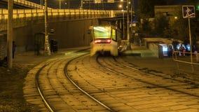 Ρεύμα των ανθρώπων και των τραμ στην καμπύλη του δρόμου, χρονικό σφάλμα φιλμ μικρού μήκους