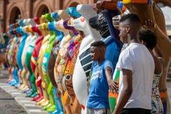 ΡΗΓΑ, ΛΕΤΟΝΙΑ - 31 ΙΟΥΛΊΟΥ 2018: Ο ενωμένος φιλαράκος αντέχει την έκθεση Οι κάτοικοι και οι τουρίστες πόλεων εξετάζουν και φωτογρ στοκ εικόνες