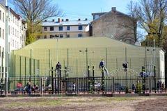 ΡΗΓΑ, ΛΕΤΟΝΙΑ - 12 ΜΑΐΟΥ 2017: Τα παιδιά παίζουν στο behi περιοχής παιχνιδιού Στοκ φωτογραφία με δικαίωμα ελεύθερης χρήσης