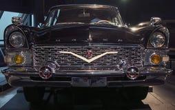ΡΗΓΑ, ΛΕΤΟΝΙΑ - 16 ΟΚΤΩΒΡΊΟΥ: Αναδρομικό αυτοκίνητο του μουσείου μηχανών έτους 1972 GAZ 13 CAIKA Ρήγα, στις 16 Οκτωβρίου 2016 στη Στοκ φωτογραφία με δικαίωμα ελεύθερης χρήσης