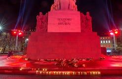 ΡΗΓΑ, ΛΕΤΟΝΙΑ, ΣΤΙΣ 17 ΝΟΕΜΒΡΊΟΥ 2017: Άποψη νύχτας των piemineklis Brivibas μνημείων ελευθερίας, που διακοσμείται με τα φρέσκα λ Στοκ Εικόνες