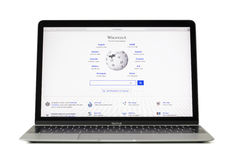 ΡΗΓΑ, ΛΕΤΟΝΙΑ - 6 Φεβρουαρίου 2017: Το Wikipedia είναι μια ελεύθερη εγκυκλοπαίδεια στο φορητό προσωπικό υπολογιστή Macbook 12 ίντ στοκ εικόνα