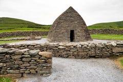 Ρητορική Gallarus στη Dingle χερσόνησο, ιρλανδική αγελάδα κομητειών στην Ιρλανδία στοκ εικόνα