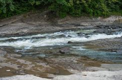 Ρηχά ορμητικά σημεία ποταμού πετρών ενός ποταμού βουνών Στοκ εικόνα με δικαίωμα ελεύθερης χρήσης