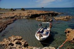 Ρηχή ήρεμη ημέρα ακτών βαρκών μηχανών λιμνοθαλασσών θάλασσας ηλιόλουστη στοκ φωτογραφίες με δικαίωμα ελεύθερης χρήσης
