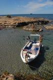 Ρηχή ήρεμη ημέρα ακτών βαρκών μηχανών λιμνοθαλασσών θάλασσας ηλιόλουστη στοκ εικόνα